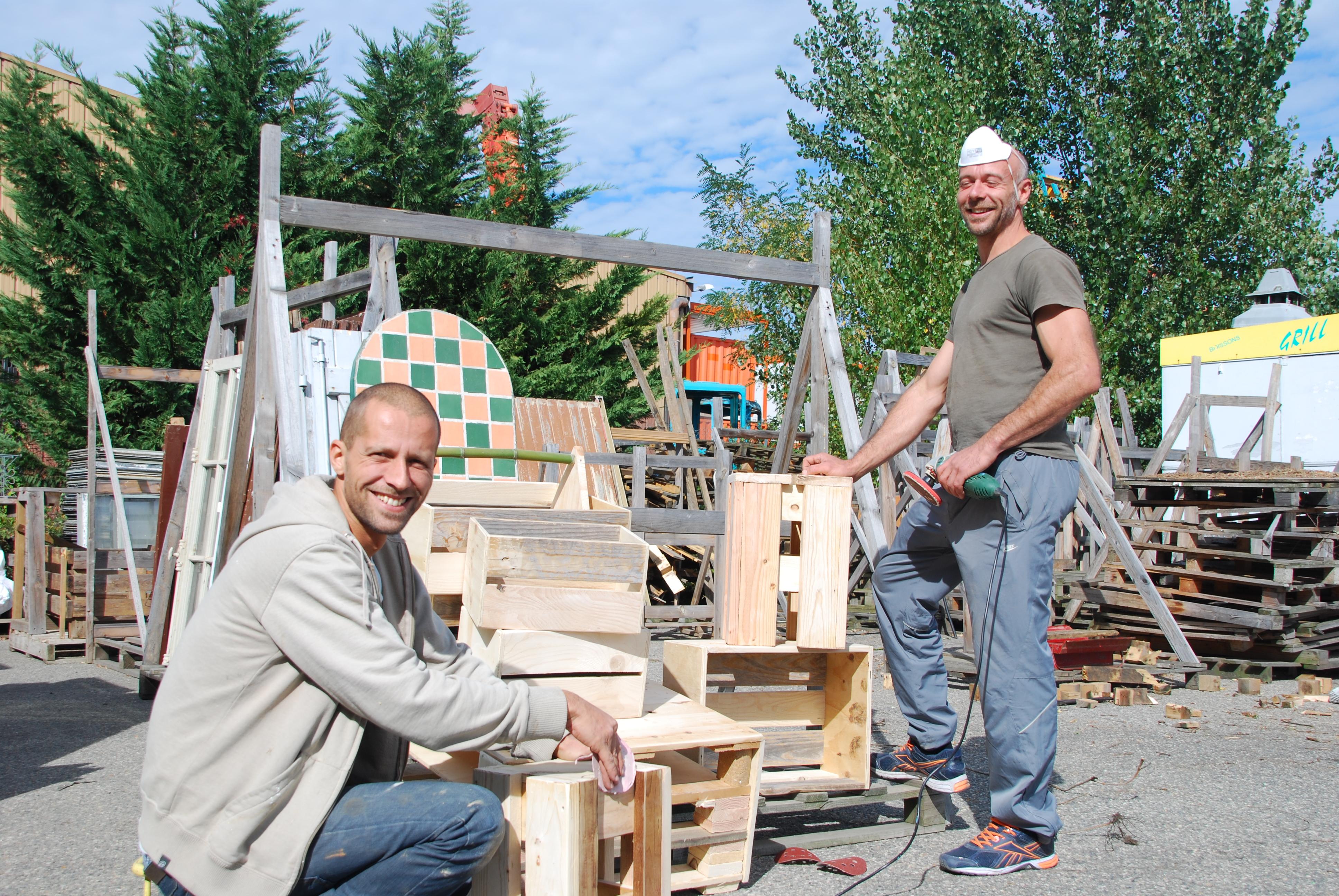 sur-le-parking-du-magasin-david-muse-et-edouard-baudouin-fabriquent-du-mobilier